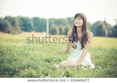 donna · ascoltare · musica · parco · indossare · cuffie · sorridere - foto d'archivio © dolgachov