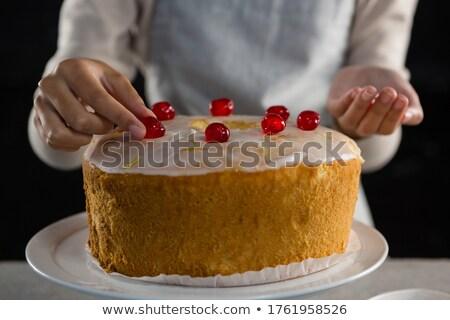 Vrouw vers gebakken cake kers Stockfoto © wavebreak_media