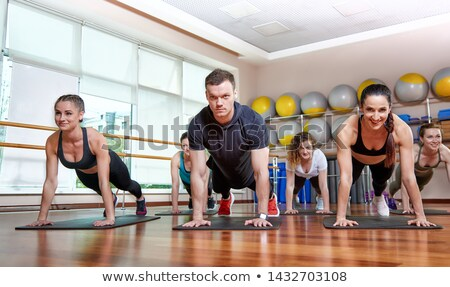 Imagen motivado deportes mujer ejercicio barra con pesas Foto stock © deandrobot