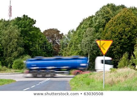Sinal de rendimento perto de encruzilhada e caminhão apressado Foto stock © tarczas