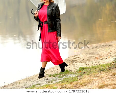Souriant jolie jeune fille rouge robe parc Photo stock © dashapetrenko