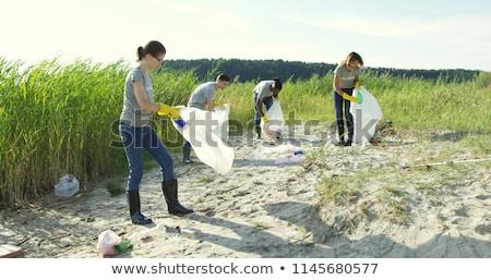 Voluntario playa jóvenes pie playa de arena Foto stock © pressmaster