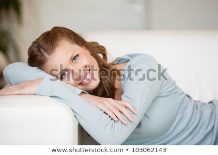 女性 · 腕 · 笑顔の女性 · 肖像 · 女性 · 笑みを浮かべて - ストックフォト © wavebreak_media