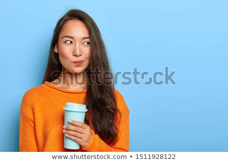 gyönyörű · fiatal · nő · tart · csésze · kedvenc · ital - stock fotó © deandrobot