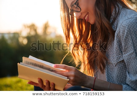 Piękna młoda kobieta okulary czytania książki nudzić Zdjęcia stock © artfotodima