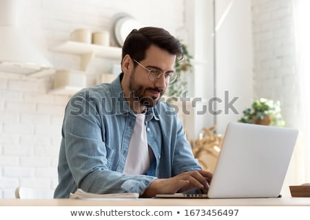 Stockfoto: Gericht · zakenman · vergadering · met · behulp · van · laptop · werkplek · kantoor