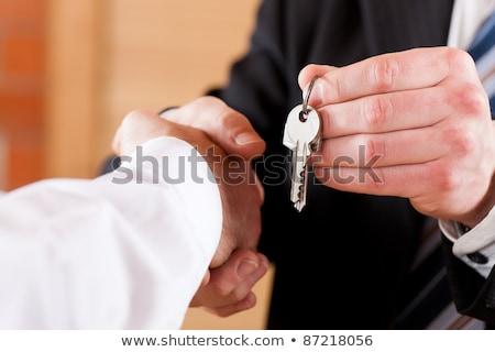 twee · handen · sleutel · behandeling · sleutels · woon- - stockfoto © zurijeta