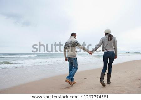 Para spaceru strony plaży uśmiechnięty Zdjęcia stock © IS2
