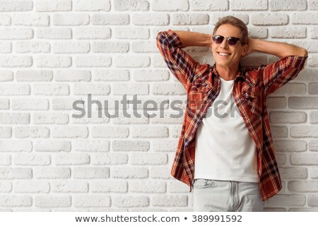 casual · homem · mãos · jovem · em · pé - foto stock © feedough