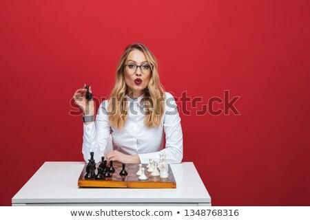 jóvenes · mujer · de · negocios · jugando · ajedrez · negocios · moda - foto stock © konradbak