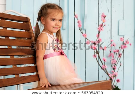 Portret peinzend jong meisje jurk permanente grijs Stockfoto © deandrobot