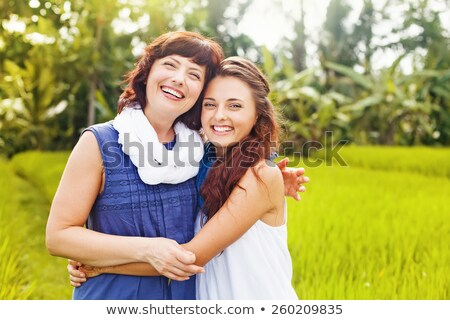 ストックフォト: 母親 · 2 · 姉妹 · 庭園 · 公園 · 草