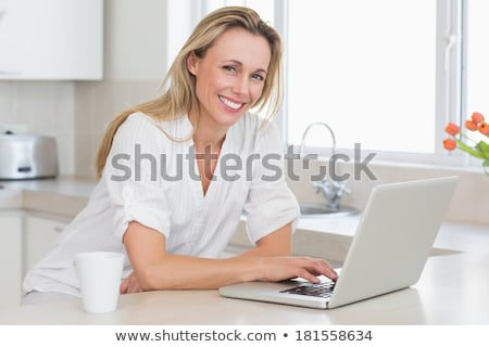 ストックフォト: 成人 · 女性 · キッチン · 携帯電話 · 技術 · 電話