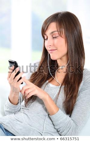 Vrouw mp3-speler glimlachende vrouw glimlachend muziek gras Stockfoto © IS2