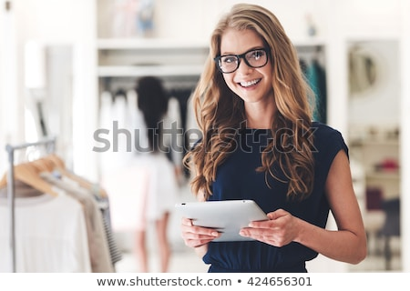 vrouw · store · glimlachende · vrouw · glimlachend · glimlach · werk - stockfoto © monkey_business