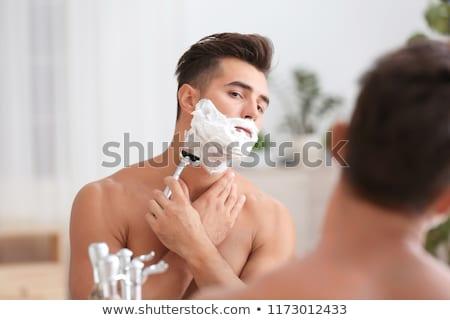 Férfi borotva közelkép mosolyog fürdőszoba kéz Stock fotó © Kzenon