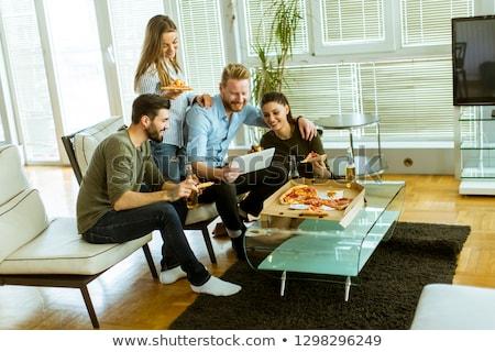 jóvenes · comer · pizza · potable · sidra · viendo - foto stock © boggy