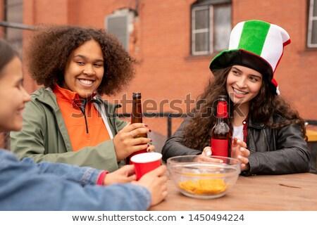 Groep gelukkig meisjes bier bespreken laatste Stockfoto © pressmaster