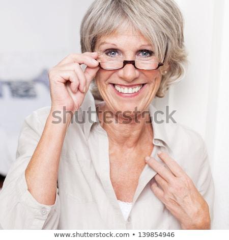 mujer · sonriente · sonriendo · femenino · mirando · mujeres - foto stock © iofoto