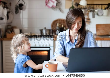 女性 · キッチン · ノートパソコン · 笑顔の女性 · 笑みを浮かべて · コンピュータ - ストックフォト © monkey_business