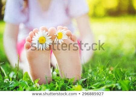 nino · mirando · flores · de · primavera · reciclar · símbolo · camiseta - foto stock © is2