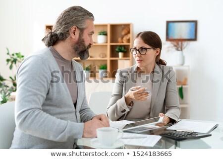 Jonge makelaar touchpad uitleggen cliënt deal Stockfoto © pressmaster