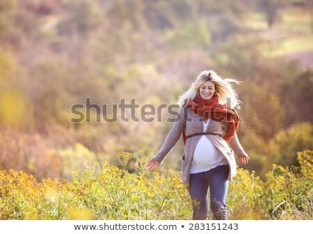 giovani · donna · incinta · seduta · autunno · parco · guardando - foto d'archivio © victoria_andreas