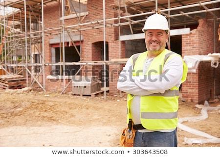 bouwvakker · glimlachend · camera · huis · man - stockfoto © luminastock