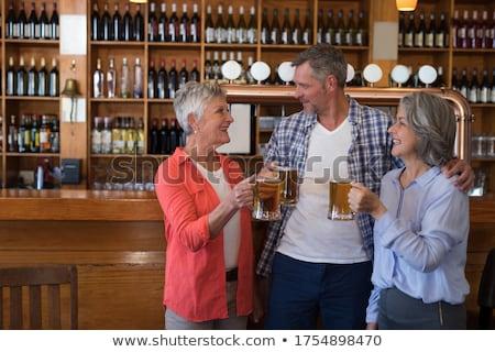 Barátok alkohol pult mosolyog férfi sör Stock fotó © wavebreak_media
