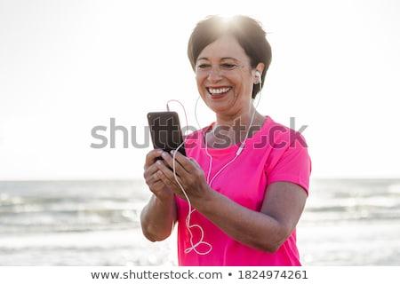 senior · mulher · celular · segurança · cadeia · porta · de · entrada - foto stock © is2
