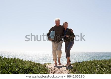 пару · ходьбе · пляж · руки · улыбаясь · человека - Сток-фото © is2