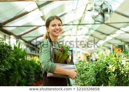 Immagine pretty woman giardiniere 20s indossare grembiule Foto d'archivio © deandrobot