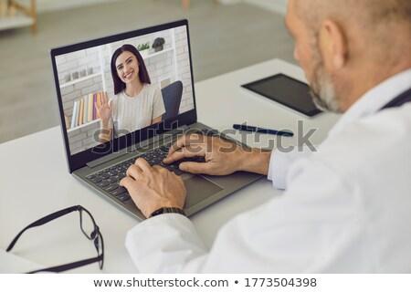 Starych mężczyzna lekarz młodych mężczyzna pacjenta lekarza Zdjęcia stock © Elnur