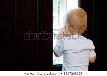 Alleen triest weinig jongen venster wachten Stockfoto © deandrobot