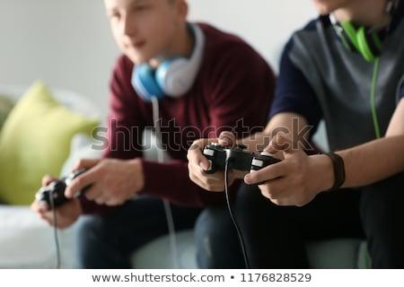 Amis jouer jeu vidéo homme amusement portrait Photo stock © IS2