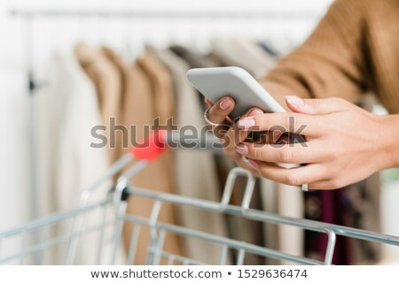 女性 買い物客 手 スマートフォン プッシング ストックフォト © pressmaster