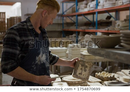Masculina examinar arcilla cerámica taller teléfono Foto stock © wavebreak_media
