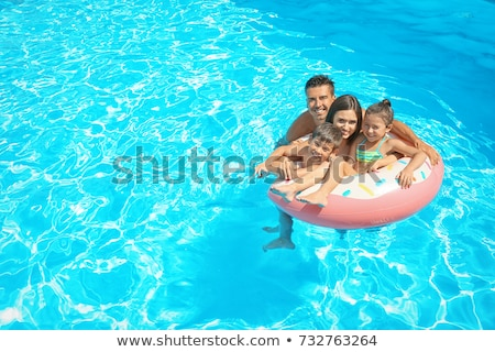 Pareja tomar el sol piscina montana azul lectura Foto stock © IS2