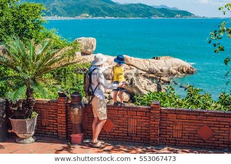 Filho pai veja jardim pedra popular turista Foto stock © galitskaya