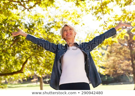 Senior vrouw armen permanente Stockfoto © wavebreak_media