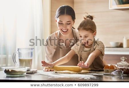 Vrouw bakkerij gelukkig meisje koken cookies Stockfoto © choreograph