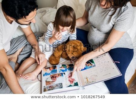 Donna guardando photo album bambini design mobili Foto d'archivio © photography33