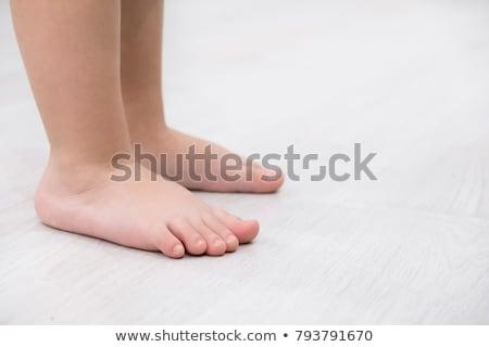 Kinderachtig stick uit gat vel papier Stockfoto © pzaxe