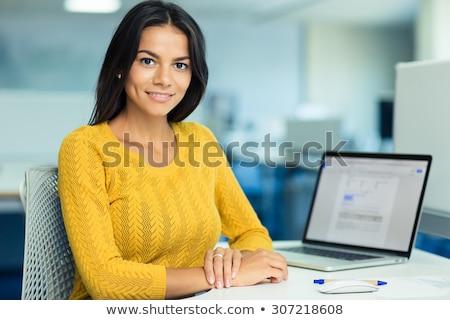 Stock fotó: Függőleges · kép · fiatal · nő · ül · asztal · fiatal
