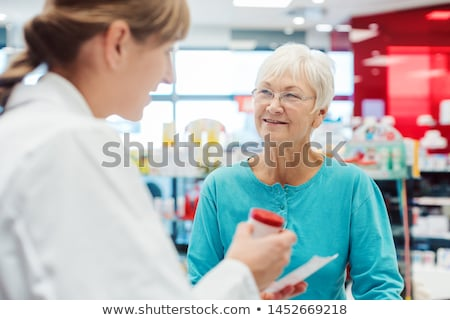 Idős nő gyógyszertár beszél vegyész gyógyszerész Stock fotó © Kzenon