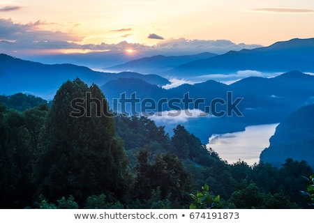 zonsopgang · rokerig · bergen · zon · vroeg - stockfoto © backyardproductions