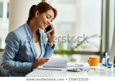 młodych · business · woman · mówić · komórkowych · widok · z · boku · telefonu · komórkowego - zdjęcia stock © feedough