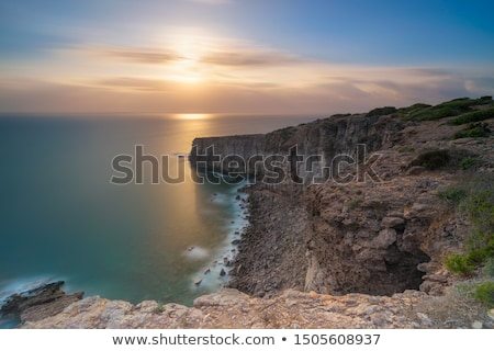 Hermosa rojo rocas pueblo esmeralda agua Foto stock © fyletto