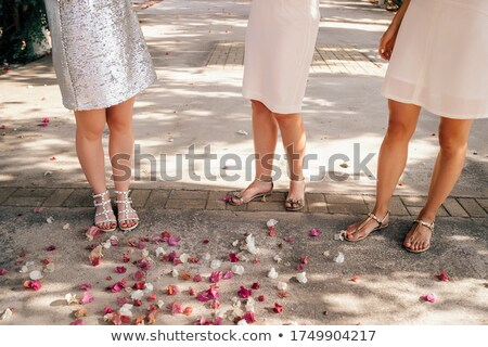 Foto d'archivio: Wedding Ceremony Brunette Bride Standing By Wreath Arch With Fl