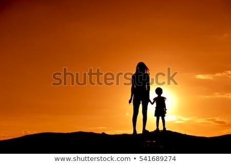 çocuklar izlerken gün batımı tepe doğa çocuk Stok fotoğraf © IS2
